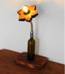 Dekorative Tischleuchte aus einer Weinflasche, Holz und Seil 289